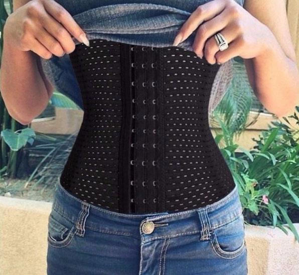 Trend alert – corsetul purtat peste bluza sau tricou